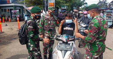 Koramil 04 Cengkareng dan Personil BKO Bagikan Masker Penumpang 3 Stasiun KRL