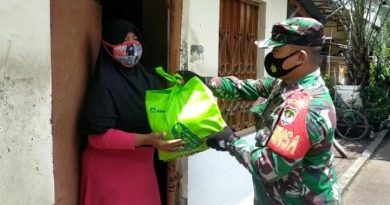 Peduli Kaum Dhuafa, Koramil 04 Cengkareng Bagikan Paket Sembako di Jumat Barkah